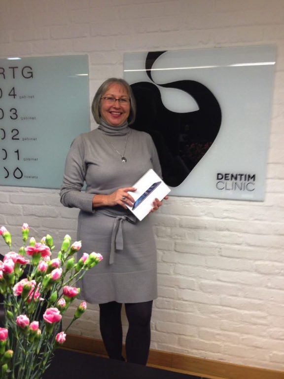 Dorota Mroz z Katowic pacjentka Dentim Clinic z nagroda w konkursie Zostan Ambasadorem Usmiechu